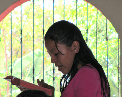 A Guatemalteca reading the Scriptures aloud at one of the ISPI conferences